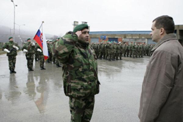 Pplk. Ján Jasenovec podáva hlásenie ministrovi obrany Františkovi Kašickému pri jeho návšteve KFOR.