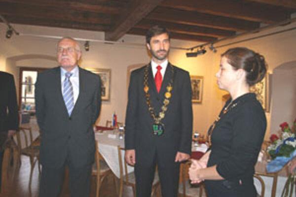 Český prezident sa stretol so žilinským županom Jurajom Blanárom v mikulášskom Centre Kolomana Sokola, kde ich riaditeľka centra oboznámila s dielom tohto významného slovenského výtvarníka.
