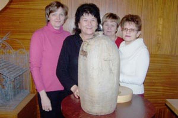 Vzácnou vázou z 19. storočia sa pred nami pochválili pracovníčky obecného úradu. Zľava: Anna Svorníková, Anna Hološová, Anna Hrmlová a Anna Hnidzíková.
