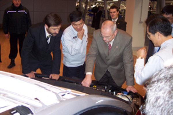 Prezidenta Slovenskej republiky Ivana Gašparoviča (vpravo) počas návštevy sprevádzal žilinský župan Juraj Blanár (vľavo). Obidvaja sa živo zaujímali aj o obsah automobilov pod kapotou.