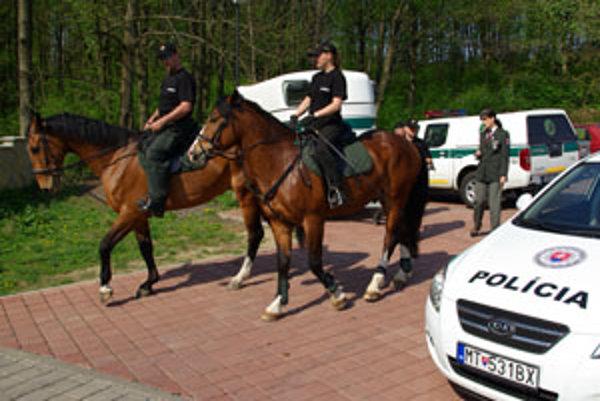 Jazdecká polícia hliadkovala minulý týždeň v lesoparku Chrasť.
