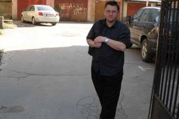 Pavol Kolárik a jeho susedia na Hollého ulici v Žiline sa možno čoskoro k svojim garážam autami nedostanú.