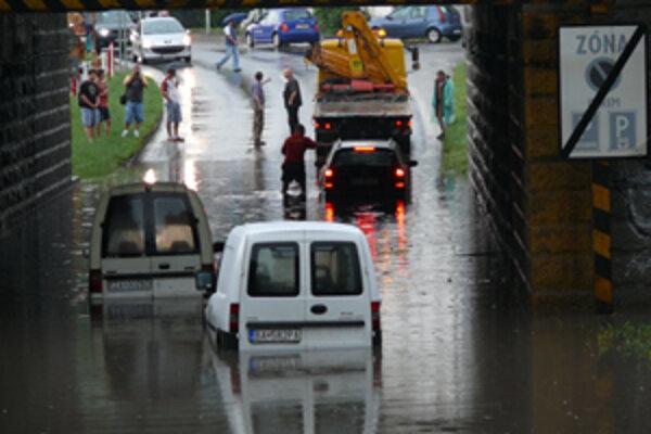 Na Kysuckej ulici pod viaduktom uviazli tri osobné autá. Vodiči stáli po pás vo vode a bezmocne sa prizerali. Vozidlá sa nedali naštartovať, museli ich odtiahnuť.