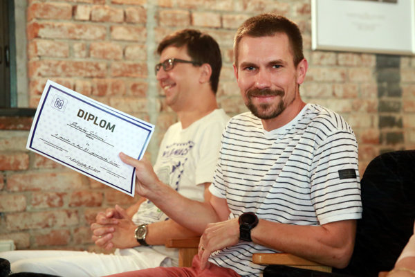 Ocenenia za víťazov Katarínu Gécziovú a Mariána Kizeka prevzal šéfredaktor Korzára Jaroslav Vrábeľ.