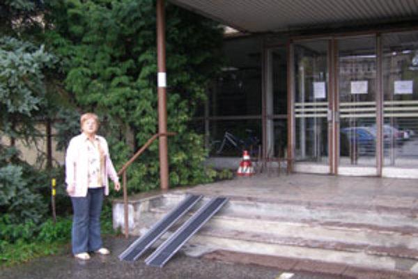 Predsedníčka Krajského strediska SZTP Mária Antalová predviedla, ako sa vďaka rampe zbúrajú bariéry pre vozíčkarov.