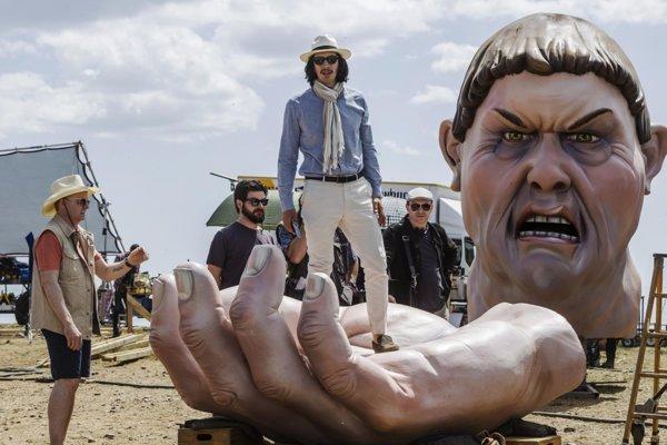 Adam Driver (na ruke) ako skorumovaný režisér vo filme Terryho Gilliama Muž, ktorý zabil Dona Quijota.