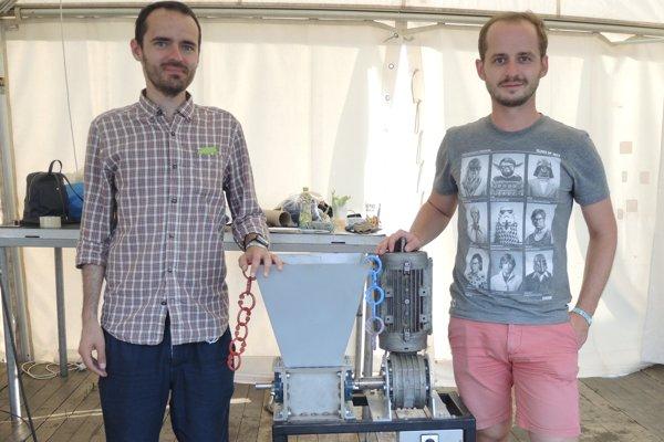 Šimon Horna aLukáš Adámek pri šrotovníku, ktorým melú plastový odpad.
