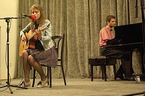 Spoločne zahrala a zaspievala Simonka na koncerte v Považskej Bystrici s Jankom Paholíkom. Bolo to dohodnuté nečakane, na poslednú chvíľu. Domáce publikun odmenilo koncert mladej speváčky veľkým aplausom.
