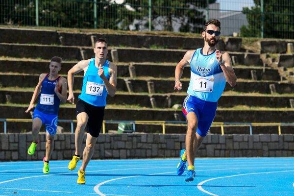 Denis Danáč (vpravo) splnil rolu favorita na 400 m a bol aj členom zlatej štafety AC Stavbár Nitra.