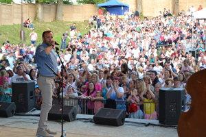 Ondrej Kandráč zaspieval pred zaplneným amfiteátrom v Turzovke známe piesne.
