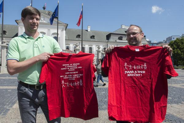 Vpravo predseda Aliancie za rodinu Anton Chromík a vľavo aktivista Marek Nikolov  počas brífingu iniciatívy Hrdí na rodinu v Bratislave.