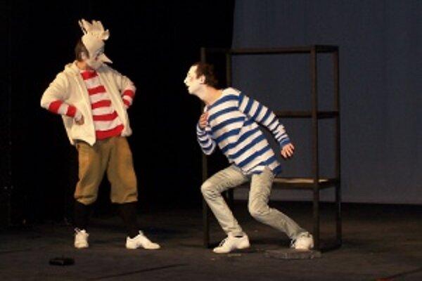 Režisér v opere vychádza zo svojich dlhoročných skúseností s pantomímou a pohybovým divadlom.