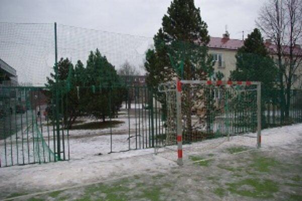 Zničené ihrisko.