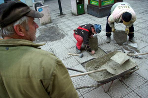 Dlažbu na Národnej ulici treba stále opravovať.