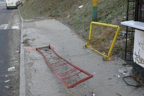 Zdemolovaná zastávka na Obchodnej ulici na Vlčincoch.