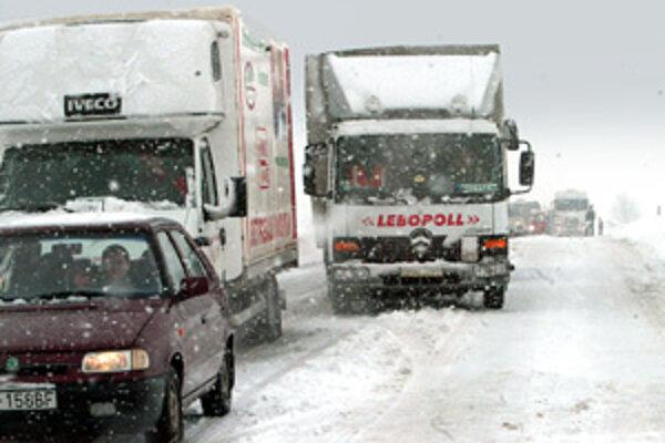Veľa snehu je aj na ceste medzi Turčianskymi Teplicami a Martinom.