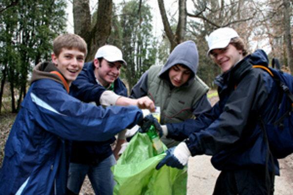 Minulý rok čistili aj mladí Žilinčania lesopark dvakrát.