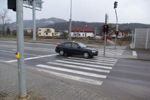 Priechod na privádzači. Zo zastávky  (vľavo vzadu) ho môžu riadiť šoféri MHD.