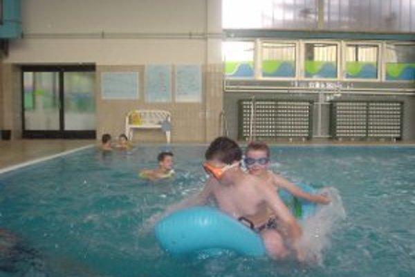 Autistické deti na plavárni. Autizmus sa vyskytuje 4-5 x častejšie u mužov ako u žien.