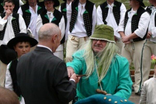 Vodník Jurko odovzdáva kľúč od vôd Váhu strečnianskym pltníkom.