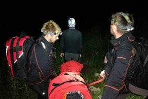 Horskí záchranári pomáhali žene so zraneným členkom.