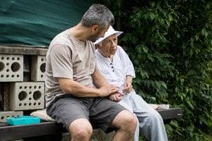 Aj pár sto metrov je pre 65-ročnú Marienku dnes náročný výlet. So synom Danom predtým cvičí na lavičke.