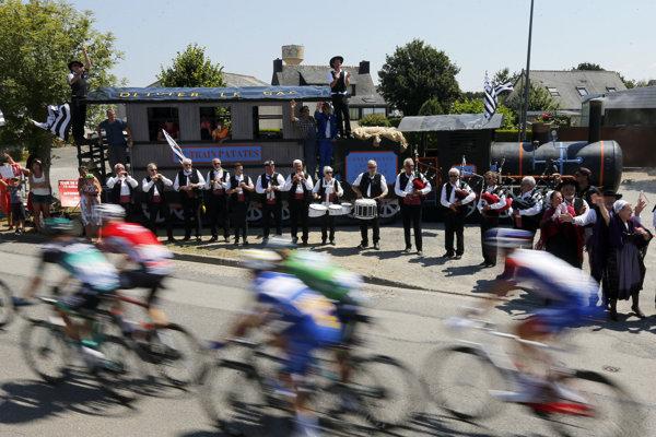 Cyklisti na trati 6. etapy na Tour de France 2018.