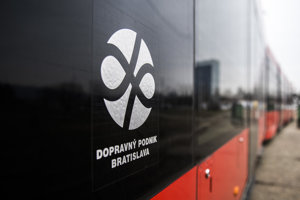 Logo Dopravného dopniku Bratislava na električke.