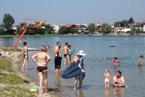 Horúce dni lákali ľudí aj k jazerám v Senci.