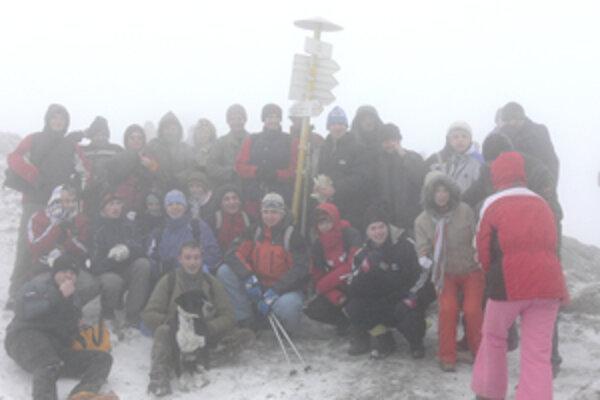 Na Silvestra prekvapila účastníkov tradičného výstupu na Kľak hmla a znížená viditeľnosť.