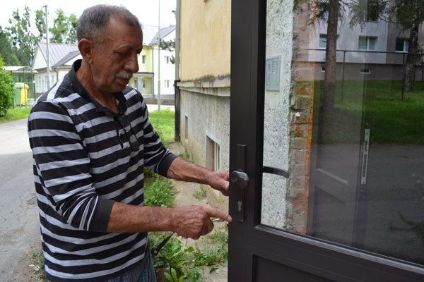 Predseda Spoločenstva vlastníkov bytov Štefan Grundza už neverí, že podnikateľ sľúbené práce urobí.