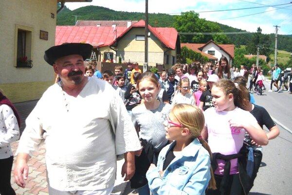 Jano Cíger v sprievode detí z Kláštora pod Znievom.