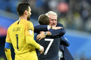 Francúzsky tréner Didier Deschamps so svojimi zverencami.