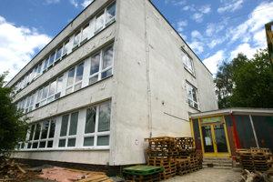 Škola Fantázia v Banskej Bystrici si zmenila meno na dve ruky po tom, ako tam riaditeľ Aleš Štesko zbil žiaka.