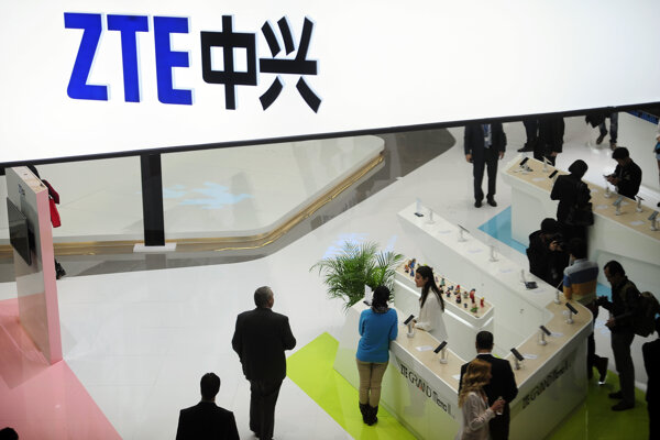 Návštevníci sa zhromažďujú v stánku ZTE na Svetovom kongrese mobilných telefónov, ktorý je jedným z najväčších svetových veľtrhov mobilných telefónov v Barcelone 26. februára 2014.