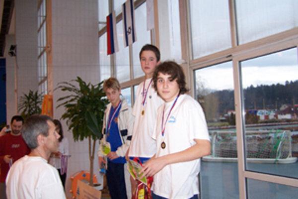 Mladý žilinský plavec Matej Štefanatný (prvý sprava), z Klubu plaveckých športov Nereus, získal na jarnej cene Žiliny dve prvé miesta, okrem nich obsadil dve druhé a jednu tretiu prieku.