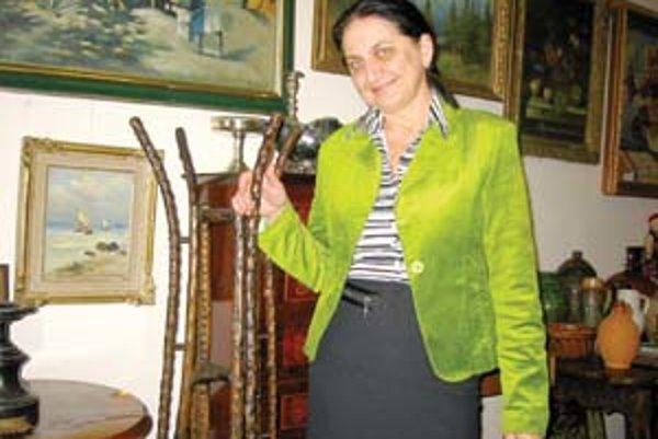 Zuzana Chládecká pri starožitnom stojane vyrobenom z dreva ruže.