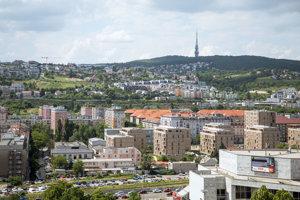 Pohľad na televíznu vežu na Kamzíku a lokalitu Stráže v  mestskej časti Nové Mesto.