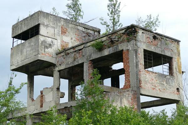 Po budove, kde sa asfalt spracovával, zostali iba ruiny.