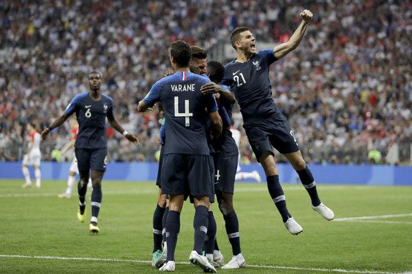 Francúzi sa radujú po jednom z gólov.