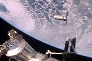 Loď Cygnus zhorí nad Tichým oceánom.