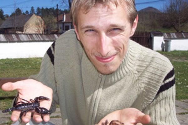 Michal Šesták nemá strach zo svojich jedovatých chovancov. Útočia len vtedy,