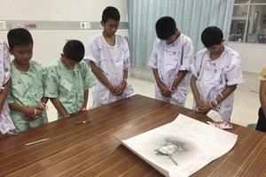 Zachránení chlapci si v nemocnici uctili potápača thajských námorných síl Samarna Kunana, ktorý zahynul pri ich záchrane.