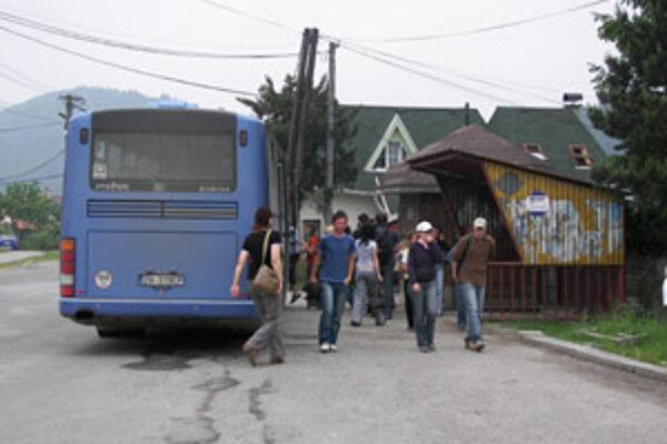 Obyvatelia Belej sa sťažujú na autobusové zastávky v obci. Sú vraj v zúfalom stave. Prednosta obecného úradu Vladimír Kvočka hovorí, že ich budú opravovať v rámci rekonštrukcie námestia.