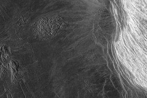 V pravej často obrázku je Maxwellovo pohorie. Táto najvyššia hora Venuše je vysoká 8,8 kilometra. Tmavá časť vľavo je časť náhornej plošiny Lakšmí.
