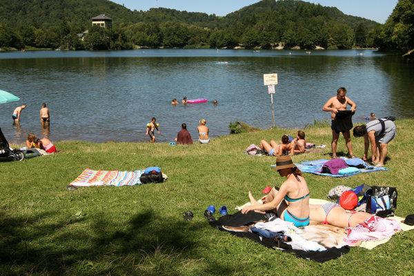 Teplé počasie láka ľudí k vode.
