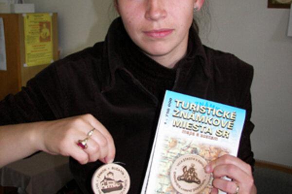 Na Budatínskom hrade dievčatá ponúkajú svoju turistickú známku medzi suvenírmi.