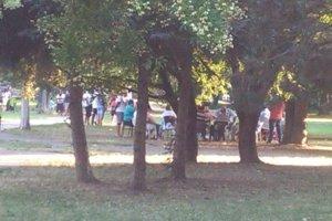 Na liečiteľa čakajú v parku.