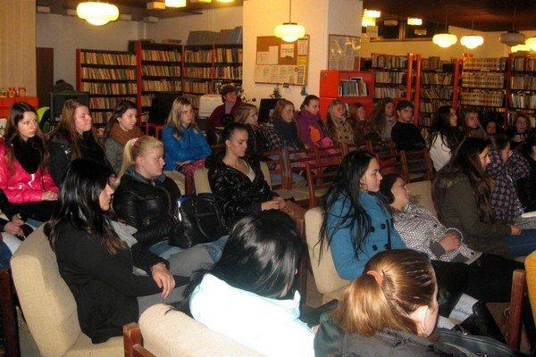 Študenti prišli do námestovskej knižnice dozvedieť sa čo-to o oravských povestiach.