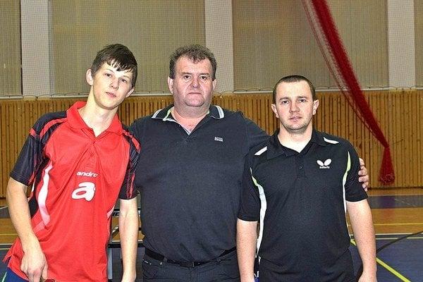 Zľava majster Oravy Andrej Kaššay a celkom vpravo finalista Zdeno Drbiak, víťaz z roku 2013.